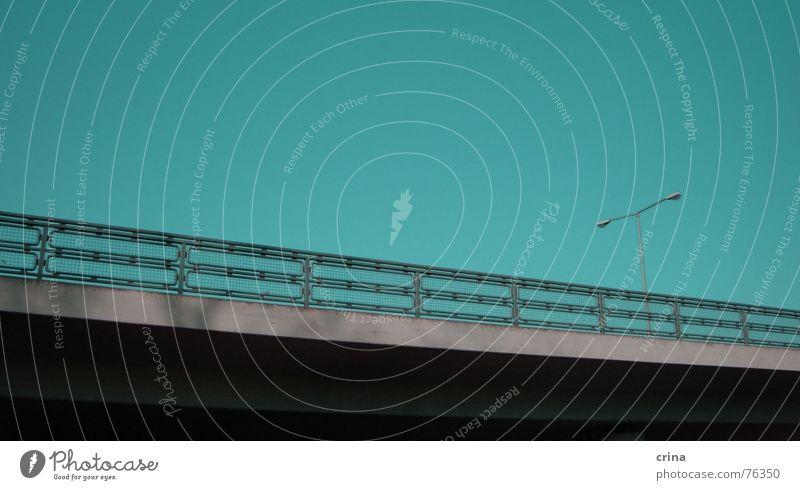 Highway Lampe Laterne Leitplanke geradeaus Verkehr Straße Brücke Geländer blau