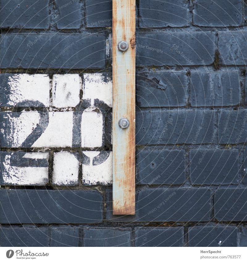 20 | London England Ziffern & Zahlen grau weiß Backsteinwand Rost alt Schraube Eisenstangen gemalt Farbfoto Gedeckte Farben Außenaufnahme Nahaufnahme