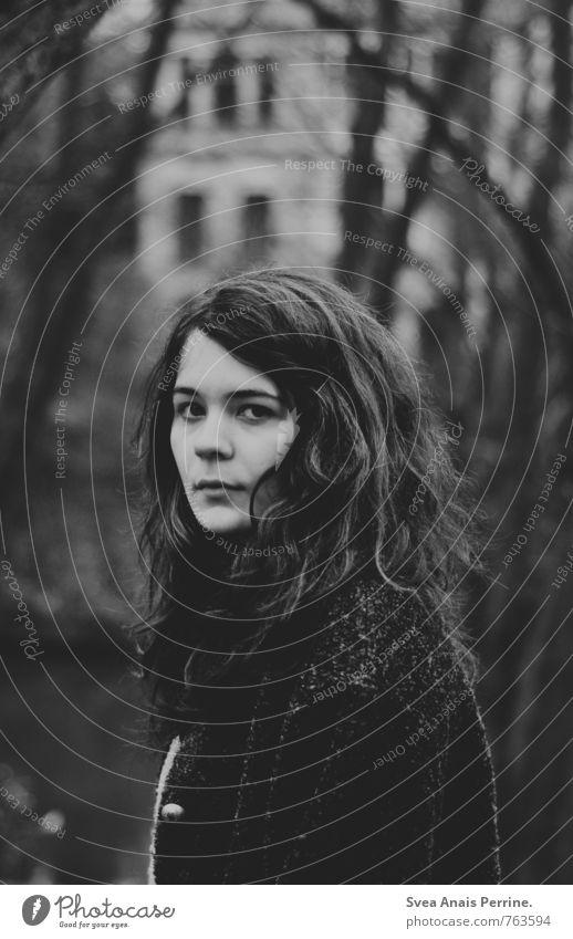 . feminin Junge Frau Jugendliche 1 Mensch 13-18 Jahre Kind Umwelt Natur Park Haare & Frisuren brünett langhaarig Locken beobachten träumen Traurigkeit schön