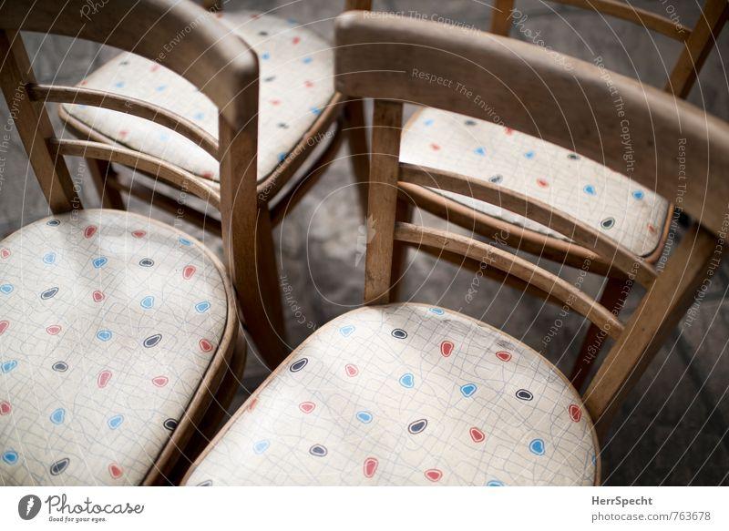 Quartett Häusliches Leben Möbel Stuhl Holz alt schön retro Stuhllehne Stuhlgruppe Muster Stoffmuster mehrfarbig Antiquität Antiquitätenhändler Antiquitätenladen
