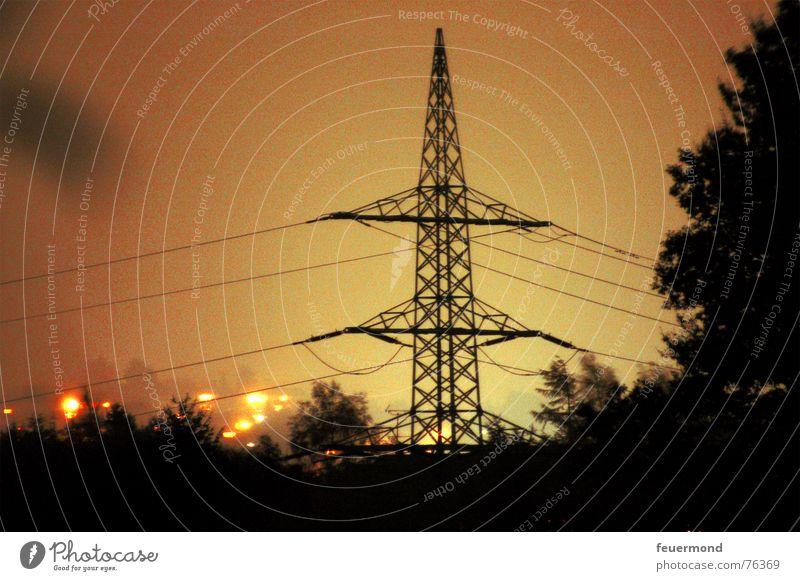 Der Himmel brennt... Elektrizität Licht Nacht Strommast Leitung gelb brennen Langzeitbelichtung Energiewirtschaft Abend Brand