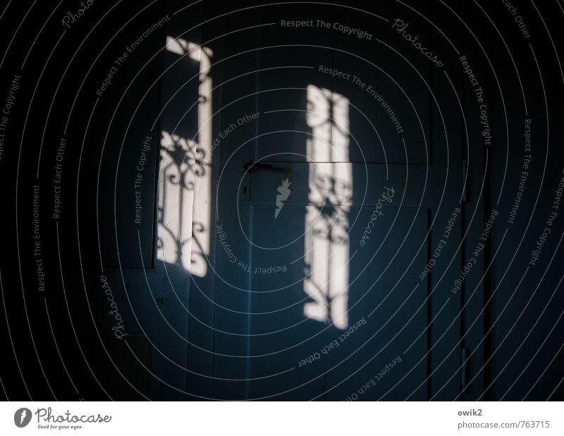 Milonga Mauer Wand Tür alt dunkel trist Stimmung Traurigkeit Sorge Trauer Schmerz Sehnsucht Einsamkeit Nostalgie stagnierend schemenhaft Gitter Türgitter