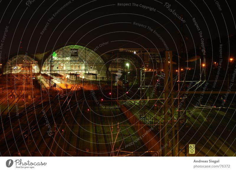 KM 63,0 Verspätung Gleise Hauptbahnhof Nacht schwarz dunkel Licht ruhig Pause Verkehr Ärger Oberleitung Laterne Elektrizität Bahnsteig Dresden Bahnhof