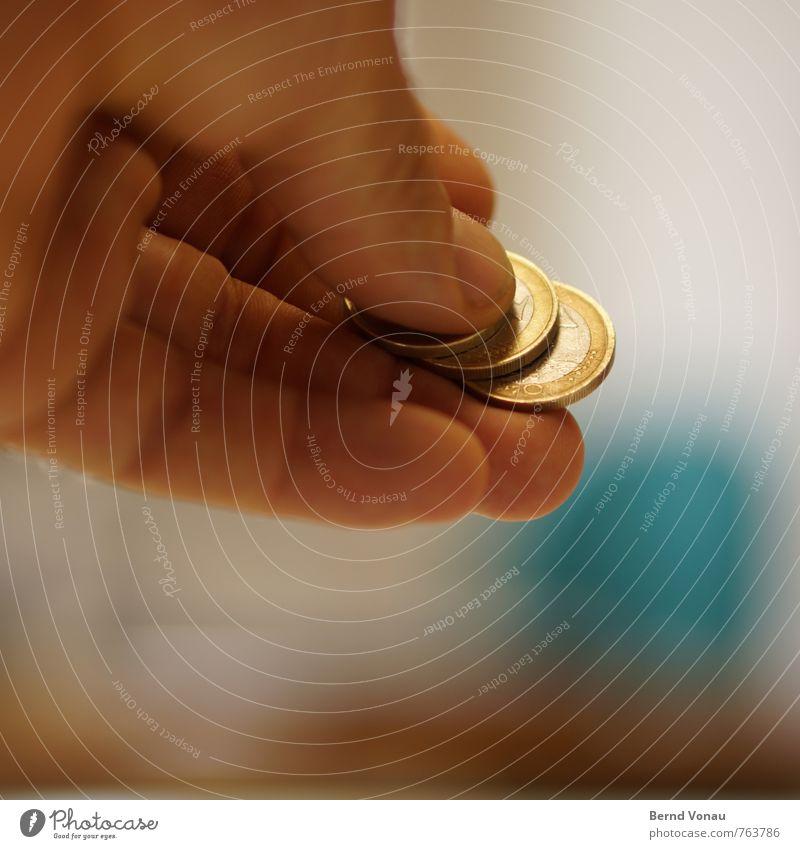 300 | Stimmt so Mensch maskulin Mann Erwachsene Hand Finger 1 30-45 Jahre Metall Geld blau braun gold grau silber Geldmünzen bezahlen geben Farbfoto