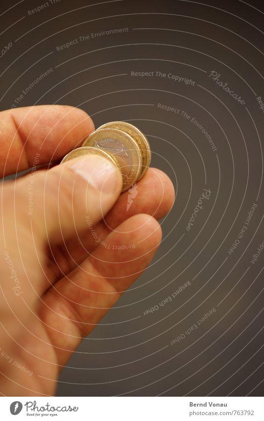 schnäppchen Geld Mensch maskulin Mann Erwachsene Hand Finger 30-45 Jahre Metall bezahlen blau braun gold grau silber Geldmünzen geben 1 Euro anbieten Handel