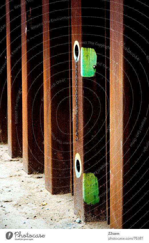 gelocht alt grün Farbe braun glänzend Perspektive Industriefotografie Fabrik kaputt Rost Loch graphisch Blech abstrakt