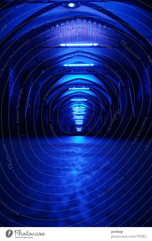 Tiefenrausch blau Berlin Stein Wärme hell Brücke offen Bodenbelag Physik tief Flucht Neonlicht Hölle Tanzfläche Kellergewölbe Oberbaumbrücke