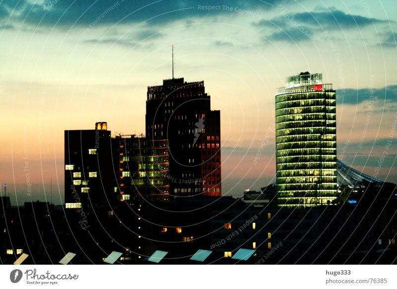 Ausblick auf den Potsdamer Platz 2 Haus Osten Bauwerk Dämmerung Gebäude Spiegel weiß Stadt Querformat Horizont schimmern Sommer Aussicht Nacht Hochhaus Beton