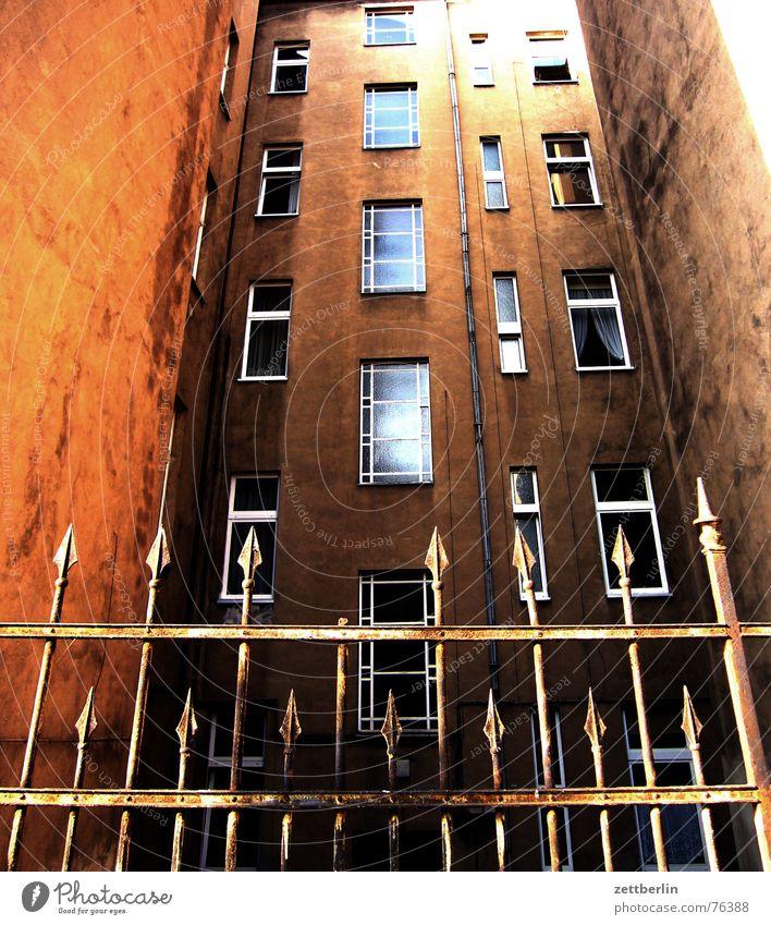 Haus Berlin Fenster Fassade geschlossen Sicherheit Spitze Zaun Verbote hart Defensive Kreuzberg Missverständnis