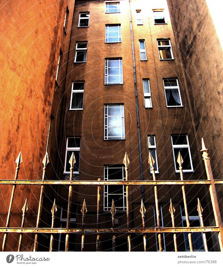 Haus Fassade Fenster Zaun hart Verbote geschlossen Sicherheit Missverständnis Froschperspektive Kreuzberg schmiedeeisern Spitze Defensive Berlin
