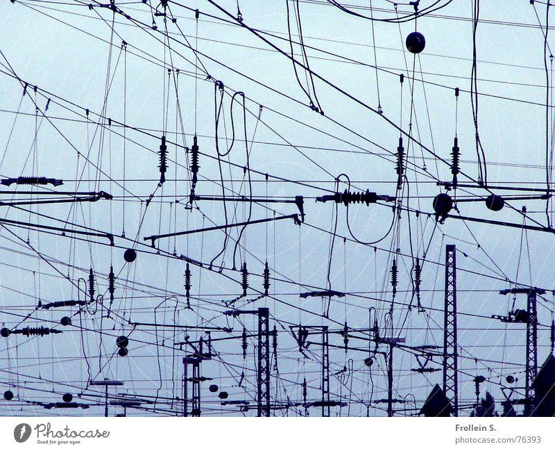 Hommage an Miro Himmel blau schwarz Linie ästhetisch Elektrizität Eisenbahn Kabel Irritation durcheinander Bahnhof Draht Leitung Kabelsalat blauschwarz