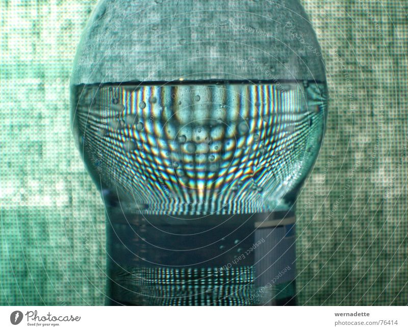 Karoflasche Wasser grün ruhig Flasche Vorhang kariert Lupe Verzerrung Zoomeffekt