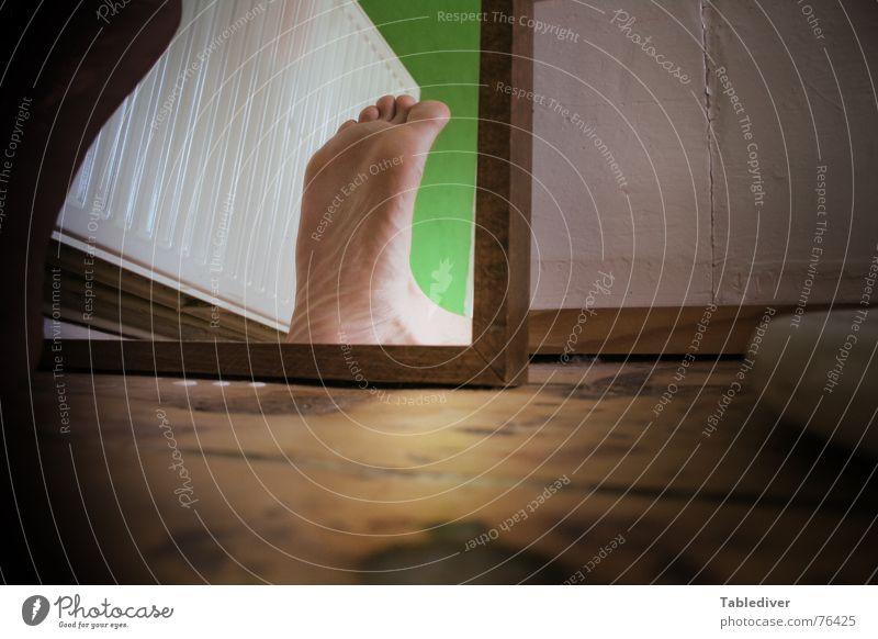 These Boots Enable Walking Schuhsohle Spiegel Wand Blick Barfuß Zehen grün Fuß Bodenbelag Flur Heizkörper