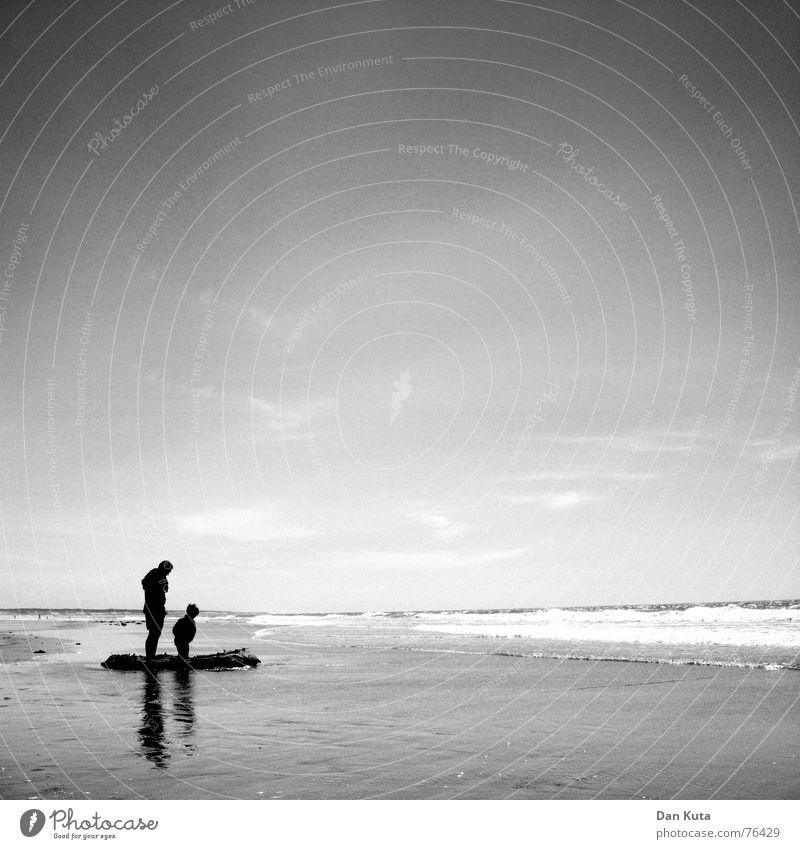 Papa, die hält immer noch! Strand Vater Sohn Meer Wellen Einsamkeit Familie & Verwandtschaft Sommer Frankreich Ferien & Urlaub & Reisen Sandburg Freude