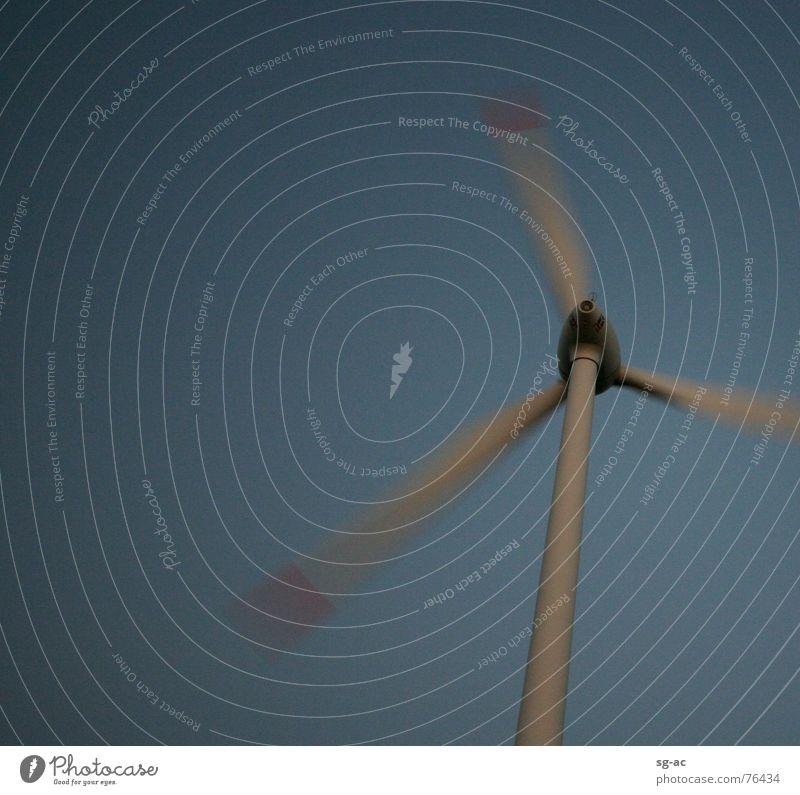in Bewegung grau rot Nacht Windkraftanlage Elektrizität Sturm Rotor Himmel blau windmill blue red