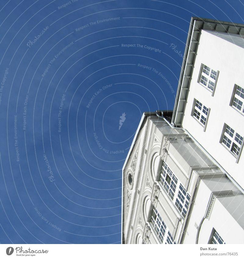 Schräg und schön von unten Pt. 1 Villa Haus Gebäude Fenster Dachrinne Himmel Sonne Vorderseite Schönes Wetter blau Klarheit