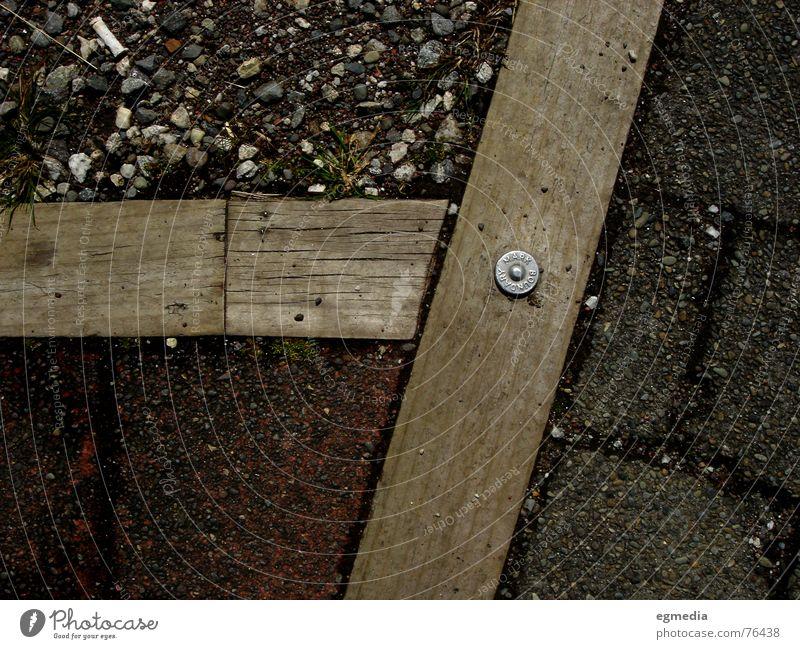 boundary mark Holz Grenze rot braun grau Kies Bodenbelag Stein