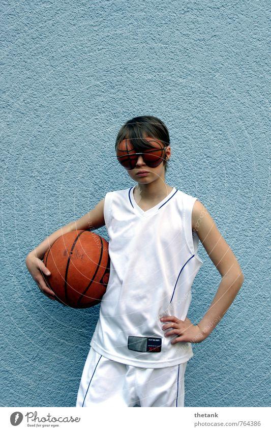 volle konzentration 2 - oder: eingeschränktes sichtfeld Kind 1 Mensch 0-12 Monate Baby Mauer Wand Trikot Shorts brünett Ball Basketball Brille Brillenträger