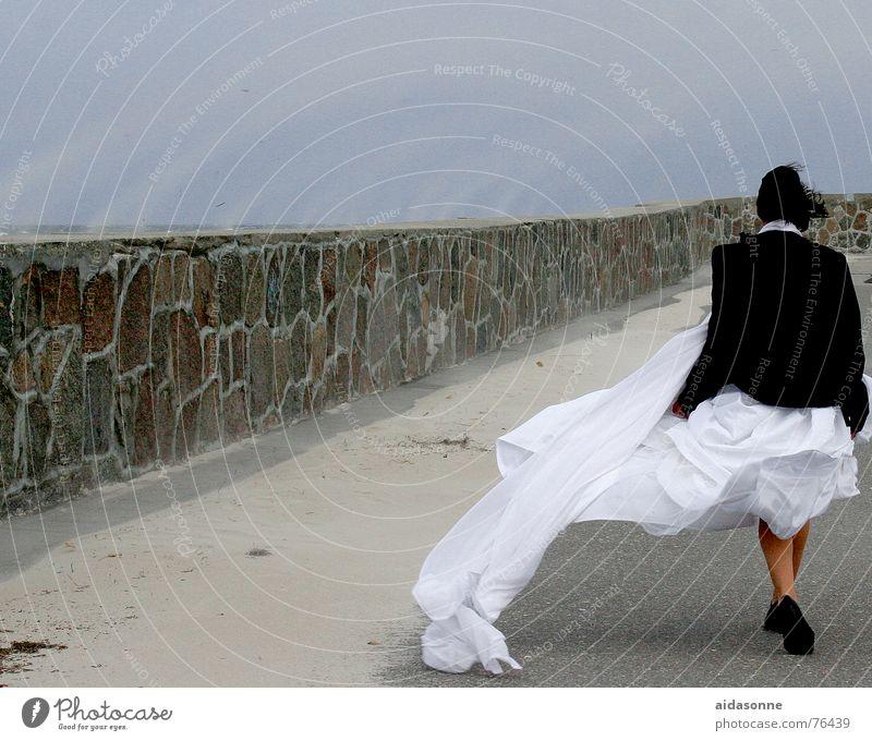 Sandsturm auf der Moole Frau Mauer Sturm Warnemünde