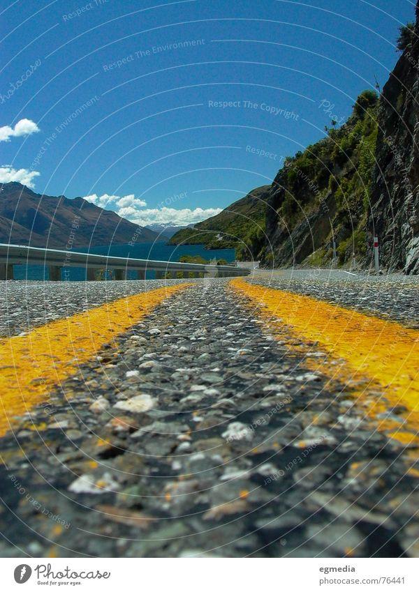 road to beauty Neuseeland Queenstown See gelb Landstraße Fahrbahn Himmel Straßenbelag Asphalt Seeufer Sommer Verkehrswege Freude wakatipu blau Berge u. Gebirge