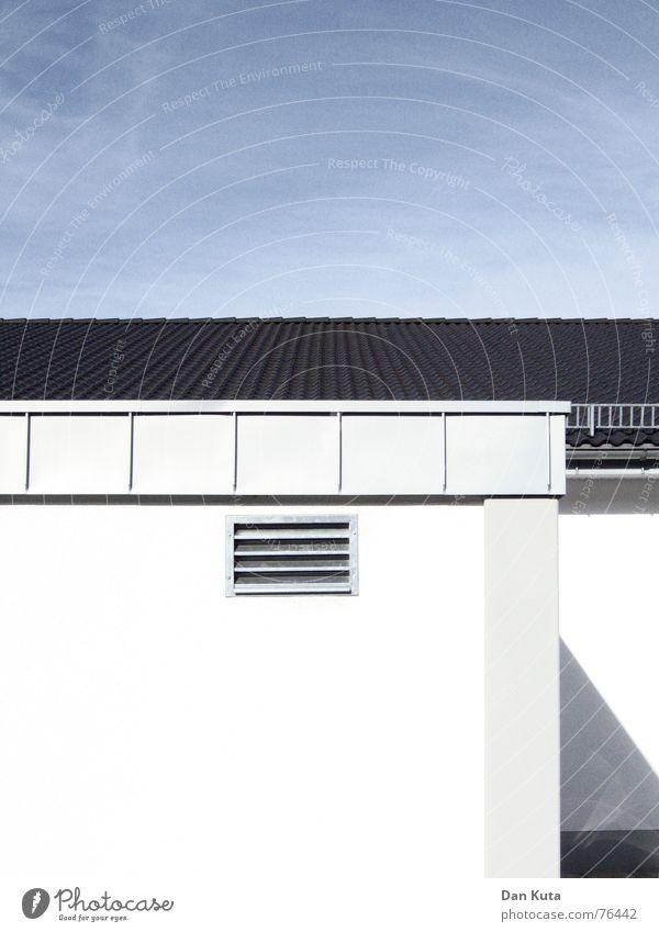 Moderne Einkaufswelt gerade Strukturen & Formen weiß grau Dach Wolken Himmel Linie blau lüftungsgitter Schatten Architektur