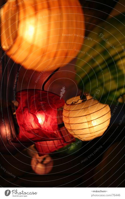 Lampions *1* Dekoration & Verzierung rund mehrfarbig gelb grün orange rot Lichterkette Laterne Beleuchtung gemütlich Farbfoto Nahaufnahme Abend Kunstlicht