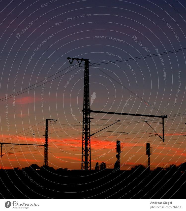 Überm Strom unter Strom Oberleitung Eisenbahn Gleise Sonnenuntergang Elektrizität rot Wolken violett Dresden Bahnfahren Hochspannungsleitung Draht