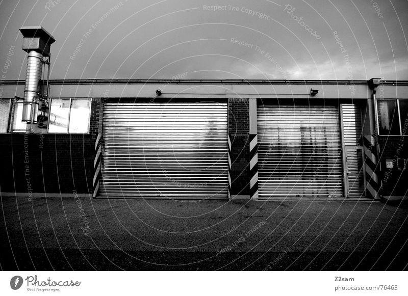 silver garage Garage Aluminium Blech Teer Beton 2 Fenster Haus Gebäude Industriefotografie Fabrik silber Metall Tor Tür Schilder & Markierungen industrial