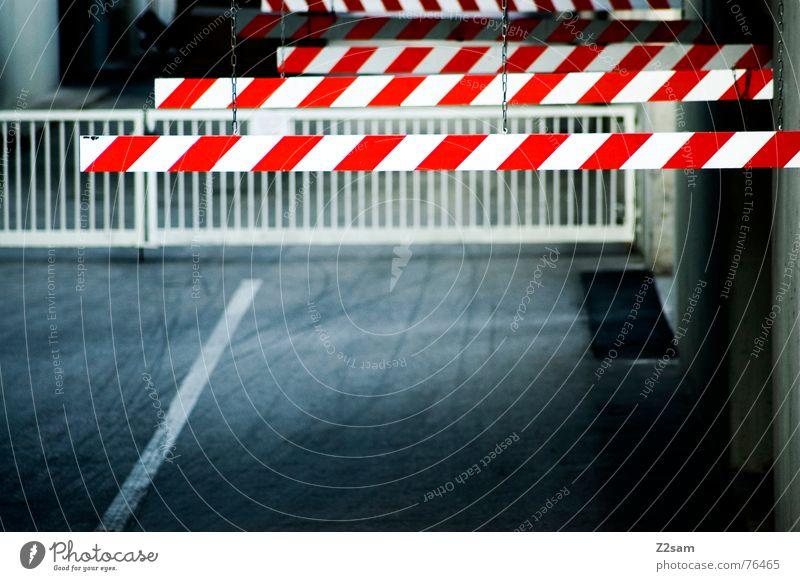 vorsicht schranke Farbe rot Wege & Pfade Verkehr Schilder & Markierungen Industriefotografie Geländer Spuren Fabrik Barriere Respekt Einfahrt Schranke Tiefgarage