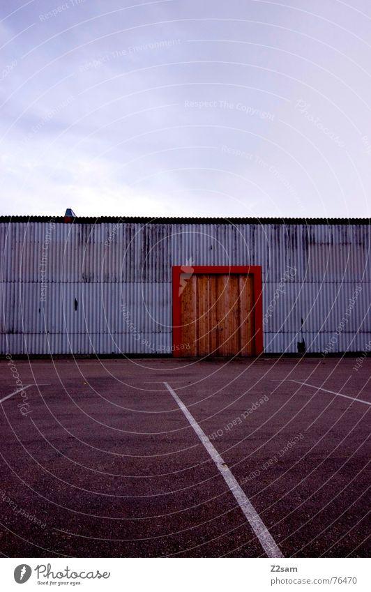 da gehts rein weiß Garage Gebäude Holz Blech Fabrik Parkplatz parken Industriefotografie rot Physik Himmel Linie Tür Tor Wege & Pfade industrial Farbe orange