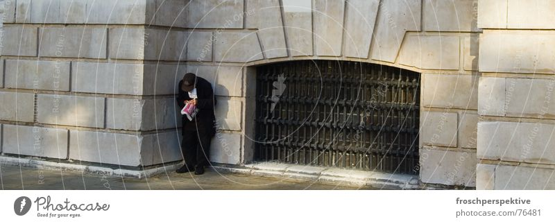 london calling Mann alt weiß Einsamkeit schwarz Straße Obdachlose obdachlos Bettler