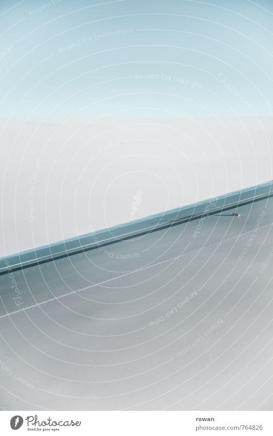 diagonal Luftverkehr Flugzeug fliegen Tragfläche Himmel blau Farbfoto Außenaufnahme Menschenleer Textfreiraum oben Textfreiraum unten Hintergrund neutral Tag