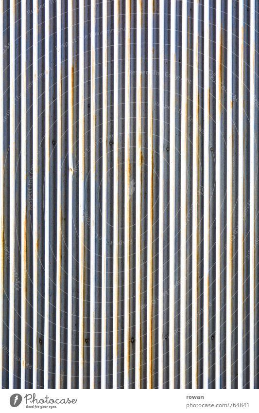 ||||||||| Bauwerk Gebäude Architektur Mauer Wand Fassade weiß Wellblech Wellblechwand Hintergrundbild Hintergrund neutral parallel liniert Linie Rost alt Dach