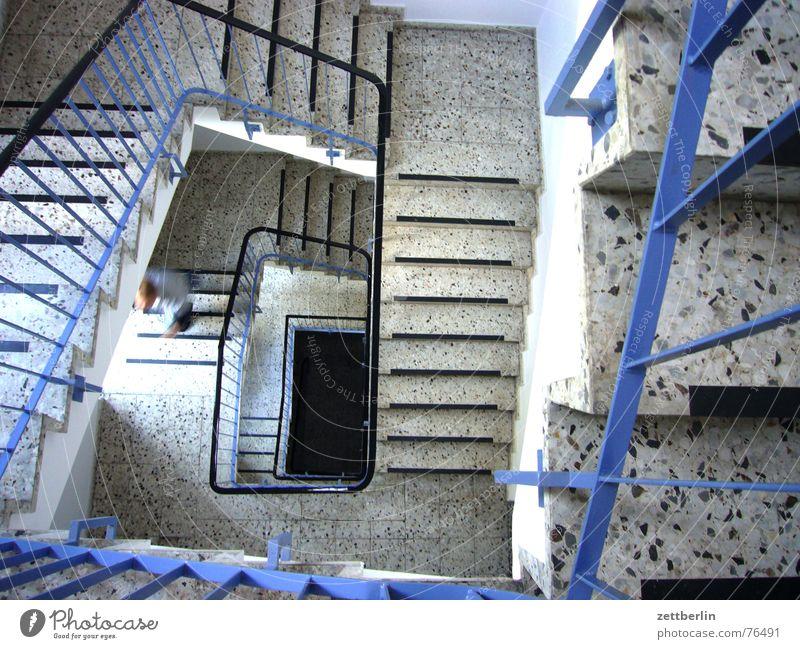 Treppe Mensch Mann blau Geländer Treppenhaus aufwärts Karriere aufsteigen abwärts Insolvenz Treppenabsatz Abstieg Granit Wendeltreppe Terrakotta