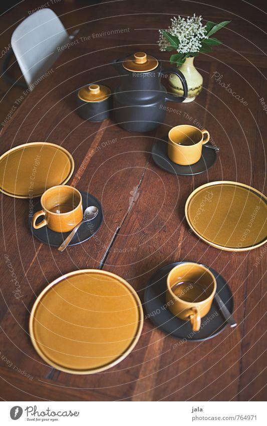 gedeck Geschirr Teller Tasse Löffel kaffeegeschirr kaffegedeck Gedeck Stuhl Tisch Holztisch Blume Blatt Blüte Blumenstrauß Vase Kaffeekanne ästhetisch