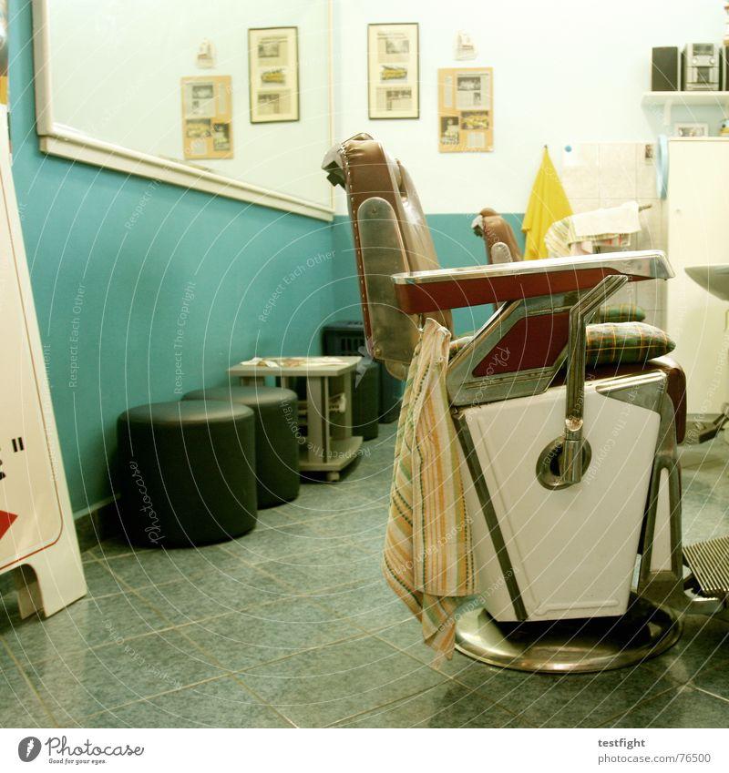 cut your hair schwarz Haare & Frisuren blond sitzen leer Bodenbelag Stuhl Spiegel lang Friseur Handtuch geschnitten kurz früher Schlag altmodisch