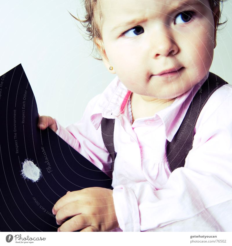 Das Kind, der Punkt und viele Zweifel Mädchen Baby Zopf Porträt Papier schwarz Fragen erstaunt niedlich schön süß lustig klein Kopf Haare & Frisuren Farbe Blick