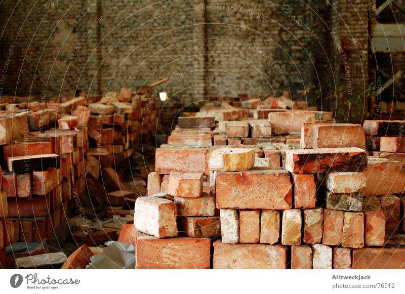 Steinreich Backstein Steinhaufen Lagerhalle Mauer einrichten rot Außenaufnahme Stapel Demontage Zerreißen bauen alt