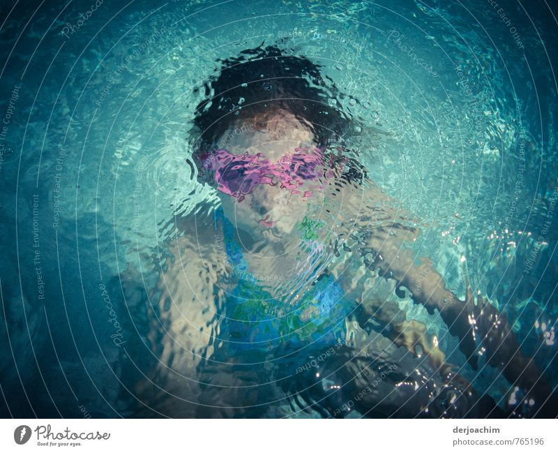 Tauchmaus Mensch Kind Ferien & Urlaub & Reisen blau Wasser Mädchen Freude Leben feminin Sport Schwimmen & Baden rosa Körper Kindheit Fröhlichkeit Schönes Wetter