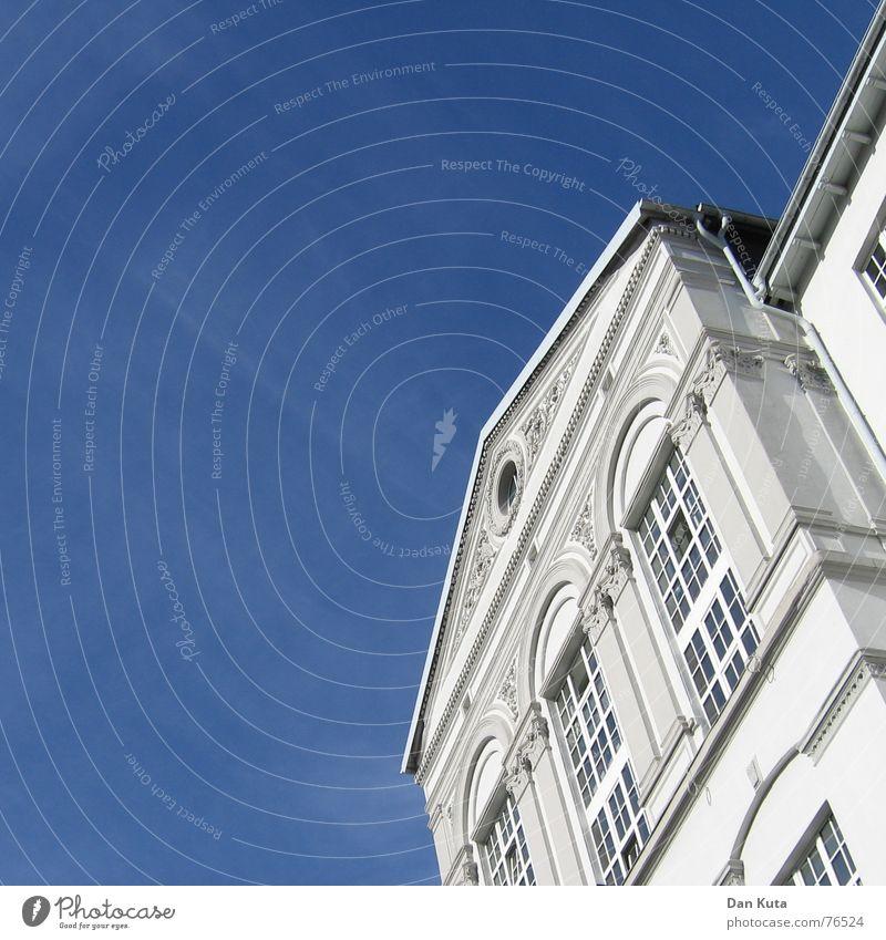 Schräg und unten von schön  Pt. 2 Villa Haus Gebäude Fenster Dachrinne Himmel Vorderseite Schönes Wetter blau Klarheit