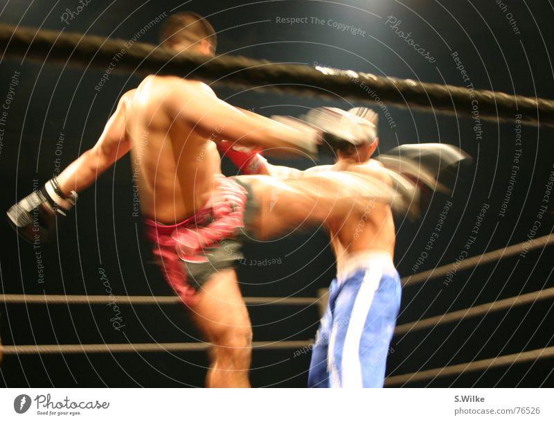 Kampf drei Kickboxen dunkel Bühnenbeleuchtung Mann seriös Geschwindigkeit stark kämpfen Lautsprecher Sport Bewegung boxring zwei männer Haut Muskulatur fight