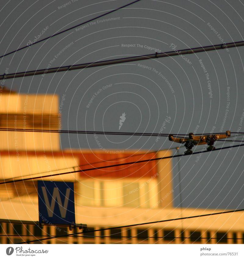 Fahrdraht ins Abendrot Himmel Stadt Linie Verkehr Elektrizität Buchstaben Leipzig Draht Abenddämmerung Straßenbahn horizontal Oberleitung Linearität Kaufhaus