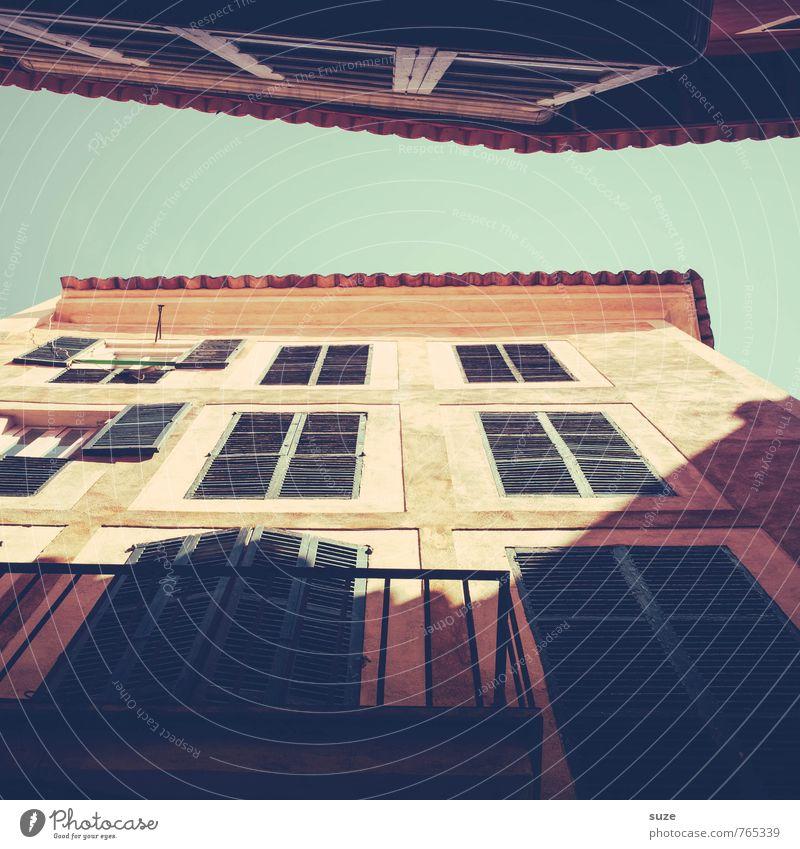 Kopf hoch, Brüstung vor! Ferien & Urlaub & Reisen Städtereise Häusliches Leben Haus Wärme Stadt Hauptstadt Altstadt Architektur Mauer Wand Fassade Balkon