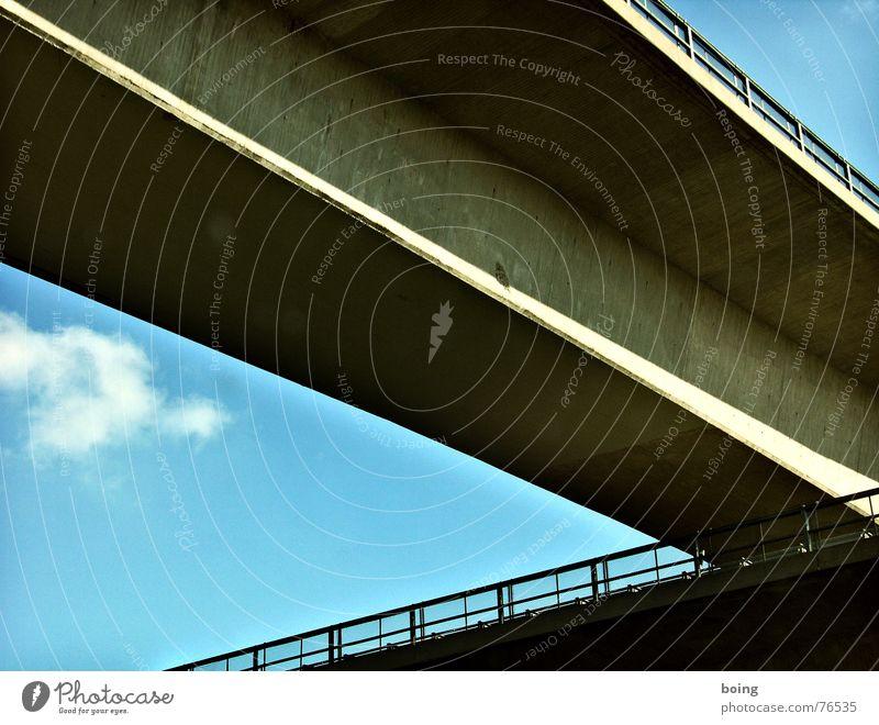 Sie hat die schönsten Beine Brücke Bundesautobahn Geländer Brückengeländer Beton Himmel quer Kreuz Autobahnkreuz Straßenkreuzung Wegkreuzung Autobahnauffahrt