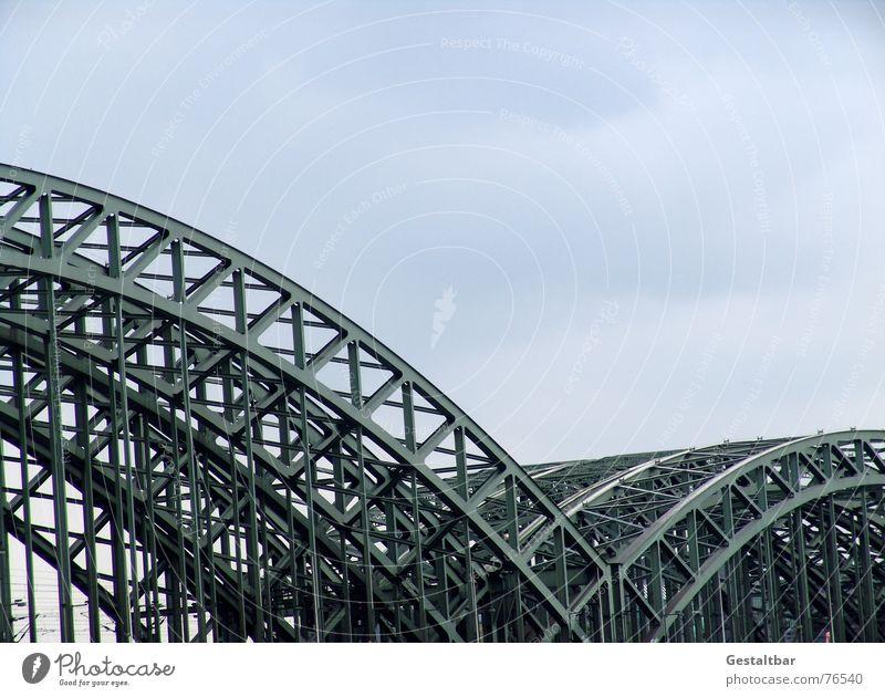 Die Brücke Hohenzollernbrücke Stahlbrücke Gleise Köln Eisen Bürgersteig Fahrradweg gestaltbar Bahnhof dom-mittelachse rheinstrom eisenfachwerkbögen Rhein