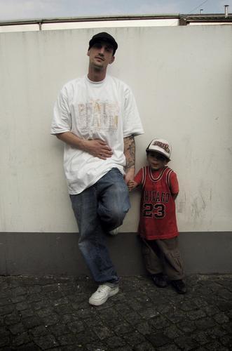 wie der vater so der... Kind Himmel Mann blau Hand weiß rot Liebe Wand Familie & Verwandtschaft Junge grau Mauer braun Arme T-Shirt