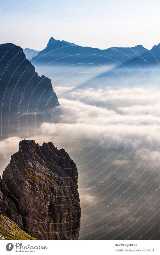 Fels in der Wolkenbrandung Natur Ferien & Urlaub & Reisen Pflanze Sommer Landschaft Ferne Berge u. Gebirge Umwelt Gefühle Freiheit Stimmung Felsen Zufriedenheit