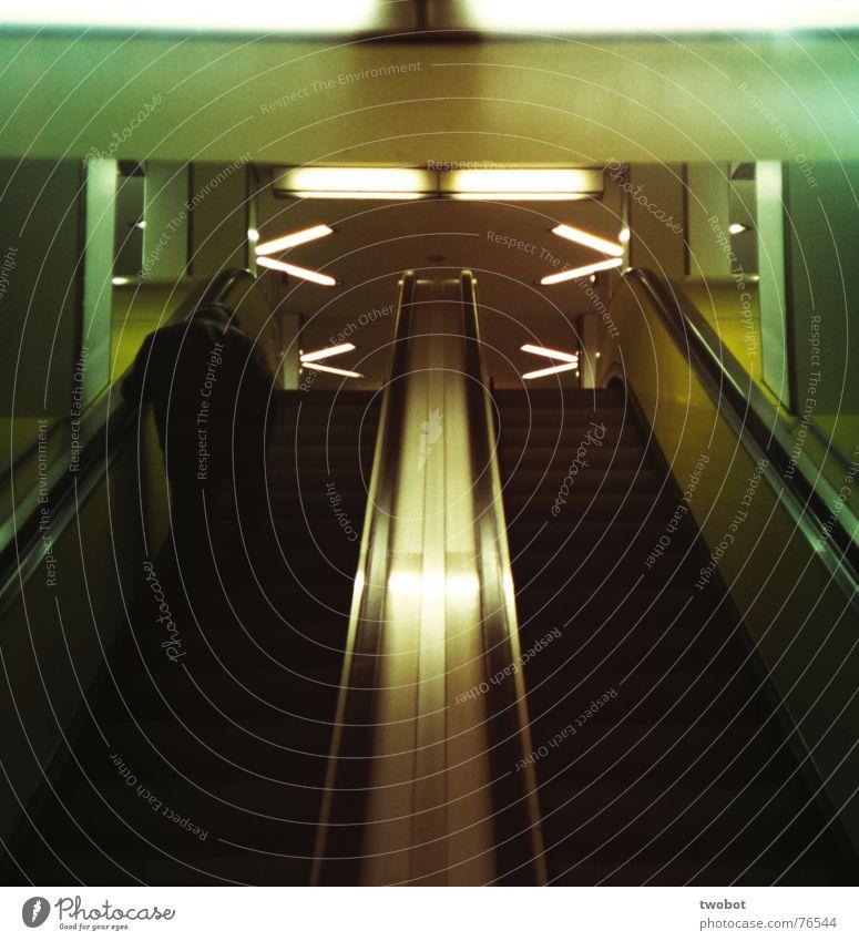 das leben ist eine rolltreppe Mensch Mann grün weiß schwarz gelb dunkel grau Traurigkeit Denken Metall Lampe Beleuchtung Treppe trist Trauer