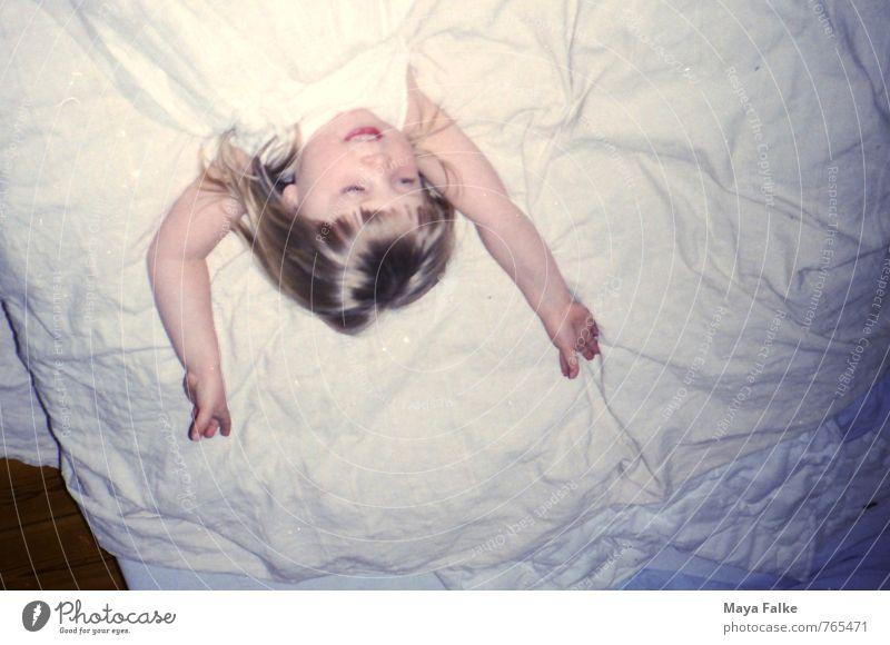 Lebensfreude Mensch feminin Kind Kleinkind Mädchen Kopf Arme 3-8 Jahre Kindheit Kleid blond Erholung genießen Lächeln lachen Häusliches Leben frech frei
