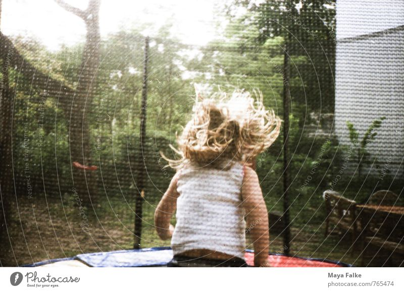 Trampolin Kind Freude Leben Bewegung Spielen Glück springen Stimmung Freizeit & Hobby Kindheit blond Fröhlichkeit genießen Fitness Politische Bewegungen